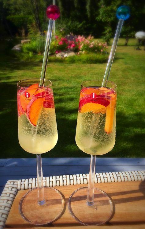 Till ett glas:2 msk fryst flädersaft 1 dl kallt vitt vinFyll på med sweppes mojitoläskPersikobitarRör runt och njut!