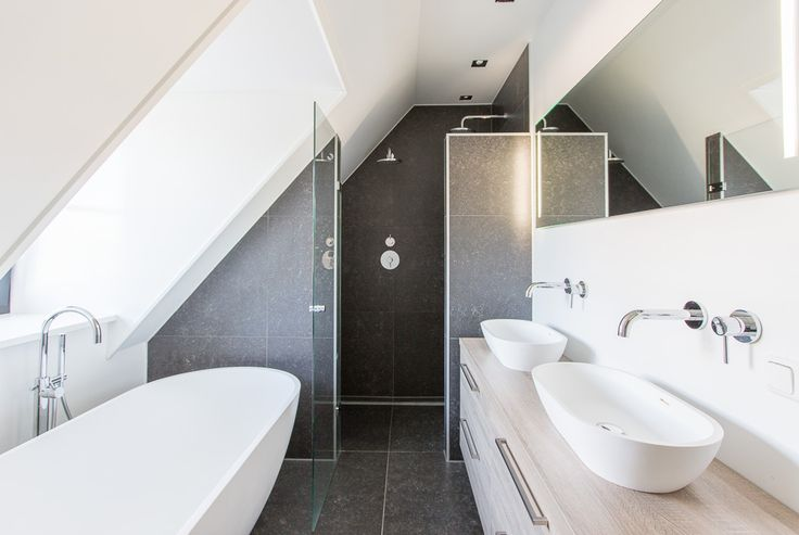 Belgisch Hardsteen Look Keramiek #badkamer #bathroom #woonkamer #living #natuursteen #naturalstone #vloer #floor #flooring #tiles #tegels #fossiel #fossil #interieur #interior #interieurdesign #interiordesign #keramiek #ceramics
