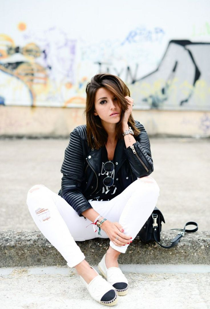 Calça branca. Jaqueta de couro preta