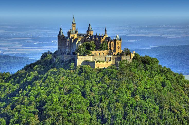 Hohenzollern w Badenii-Wirtembergii należy do najwspanialszych zamków na terenie Niemiec. Wrażenie robi już samo jego położenie - na szczycie góry Hohenzollern, na wysokości 855 m n.p.m. Pierwsza budowla powstała tu już w XI wieku, jednak została całkowicie zniszczona. Taki sam los spotkał kolejną, powstałą tu w XIV wieku, warownię. Dziś możemy oglądać trzecią wersję twierdzy, która została zbudowana z inicjatywy Fryderyka Wilhelma IV. Uosabia ona ideał średniowiecznego zamku rycerskiego