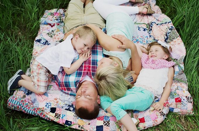 family photo ideas7 50 Brilliant Family Photo Ideasone of grandma's quilts in the grass