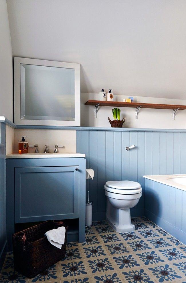 Нежно-голубые пластиковые панели в отделке ванной комнаты