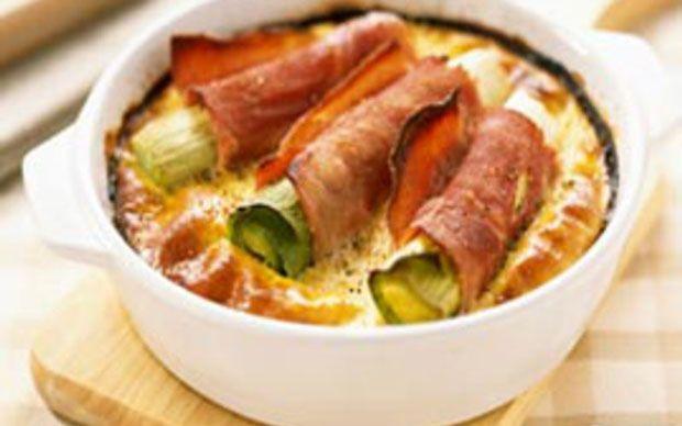 Clafoutis aux poireaux et au jambon WW, recette d'un savoureux clafoutis aux poireaux enroulés dans des tranches de jambon, facile et simple à réaliser pour un bon repas léger.