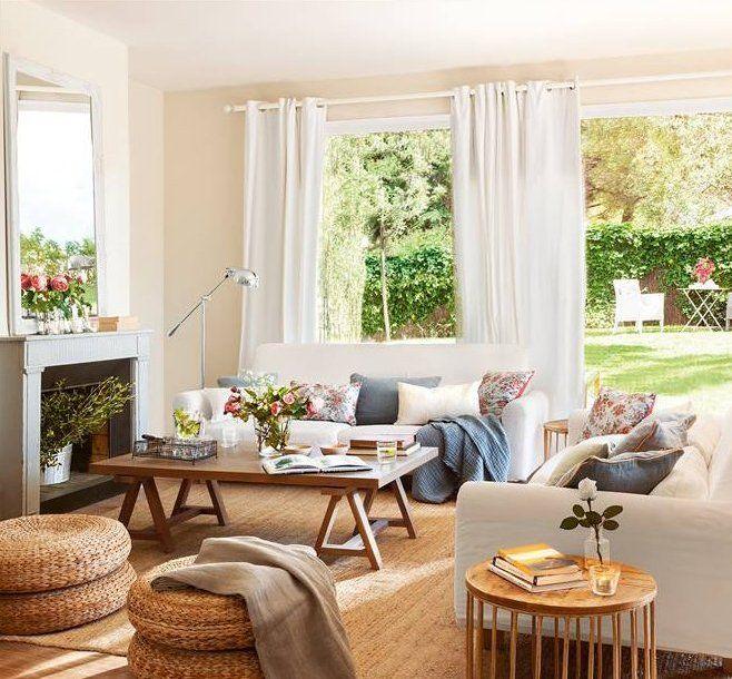 Salón con chimenea, alfombra de fibra y sofás blancos