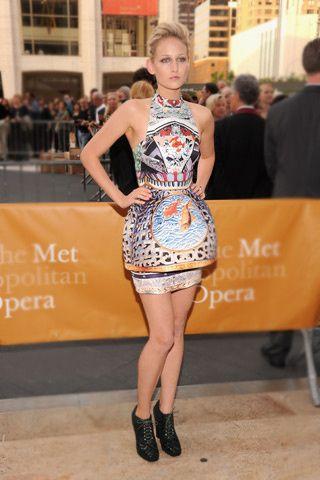 """Hace no mucho vi a Leelee Sobieski en la película """"Nunca me han besado"""". Pensé: de qué me suena esta chica. Y, voilà! Comparto esa imagen porque me parece un vestido genial que lleva muy bien. Es un vestido de Mary Katrantzou."""