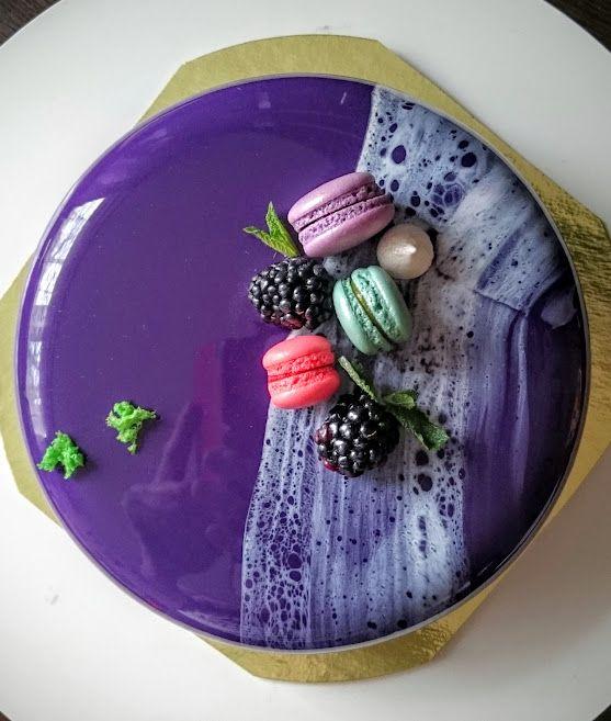 Ежевично-смородиновый торт на мужской день рождения. Внутри миндальный бисквит, ежевично-смородиновое конфи, шоколадно-йогуртовый мусс.