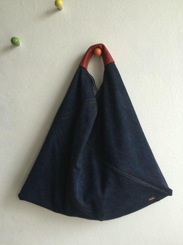 Recycled japansk inspireret taske lavet af brugte smækbukse jeans og med en rød læderrest til håndtag.