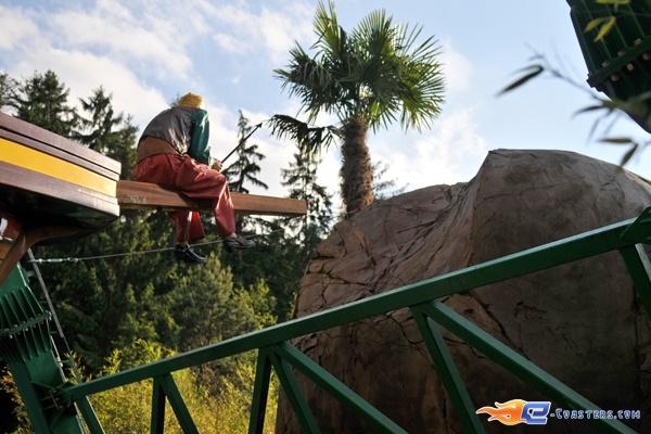 25/26 | Photo de l'attraction Pirates Attack située à Fraispertuis-City (France). Plus d'information sur notre site http://www.e-coasters.com !! Tous les meilleurs Parcs d'Attractions sur un seul site web !!