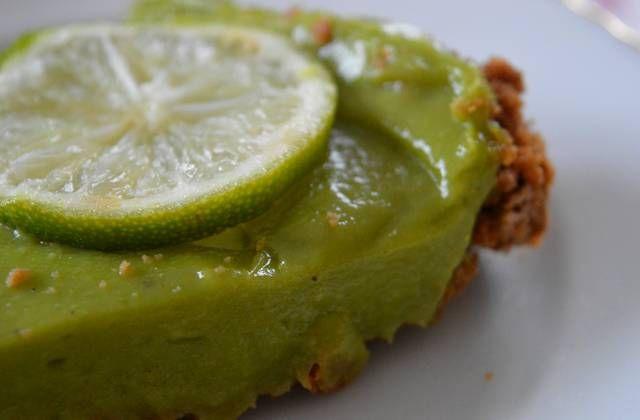 La tarte aux avocats et au citron vert, un dessert à la fois frais et gourmand, simple comme bonjour et original ! En voici la recette.