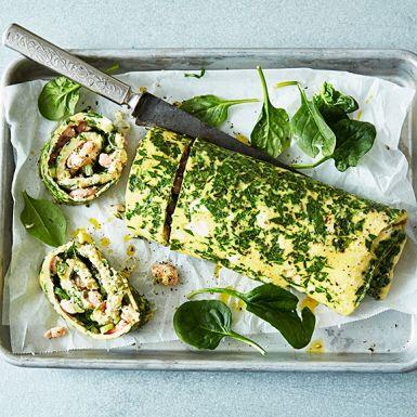 Gör en stor omelett i ugnen. Fyll med krämig färskost, räkor och dill. Rulla ihop och skär i lagom stora skivor att bjuda dina gäster på. Omelettrullen går fint att förbereda dagen för festen, brunchen eller varför inte servera den på påsk- eller midsommarbuffén.