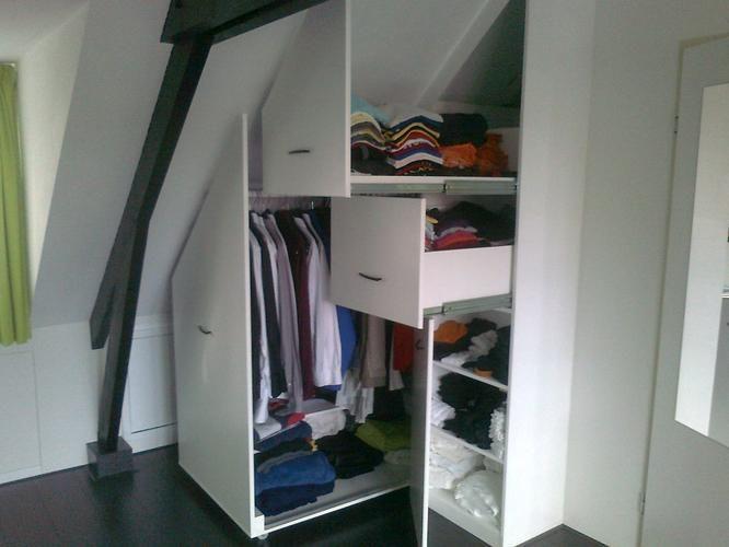 17 beste idee n over schuin plafond slaapkamer op pinterest aflopende wand slaapkamer - Kleine kledingkast ...
