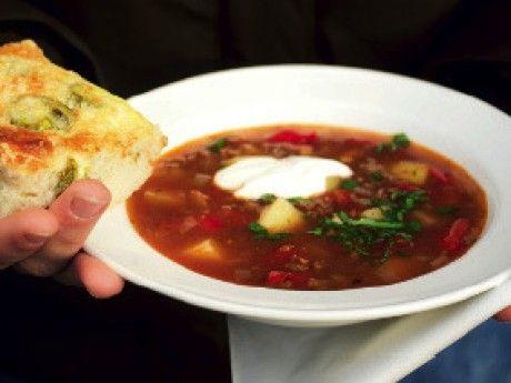 Soppan går utmärkt att förbereda dagen före städningen. Spara persiljan och garnera vid servering.