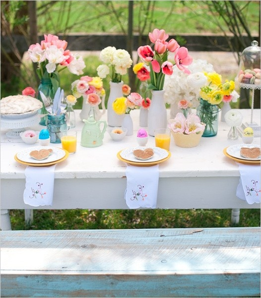 Gorgeous table setting. This could also form the backdrop for an Easter brunch. On trend for weddings this season!
