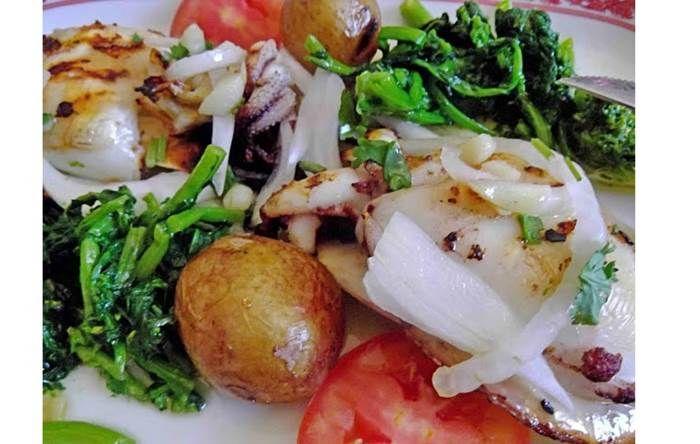 Ingredientes: 1 e 1/2 kg de chocos pequenos com ou sem tinta tinta 1,200 kg de batatas novas pequenas para assar com pele 1 cebola pequena cortada às rodelas tomate q.b. 8 dentes de alho cortados às rodelas 1 colher de sopa de vinagre de cidra piripiri q.b. 3 dl de azeite sal q.b. pimenta …