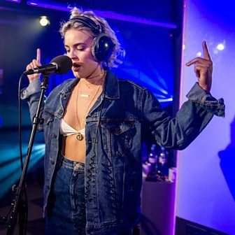 Anne-Marie - Alarm (Radio 1 Live Lounge, 19 July 2016)