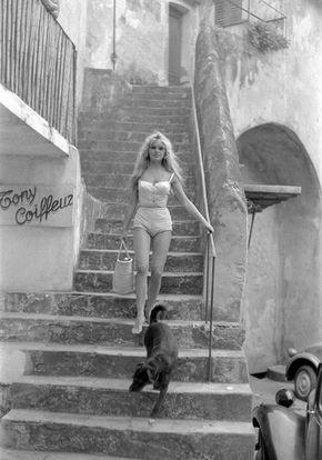 Brigitte Bardot desendant les escaliers, Place aux Herbes, Saint Tropez 1958