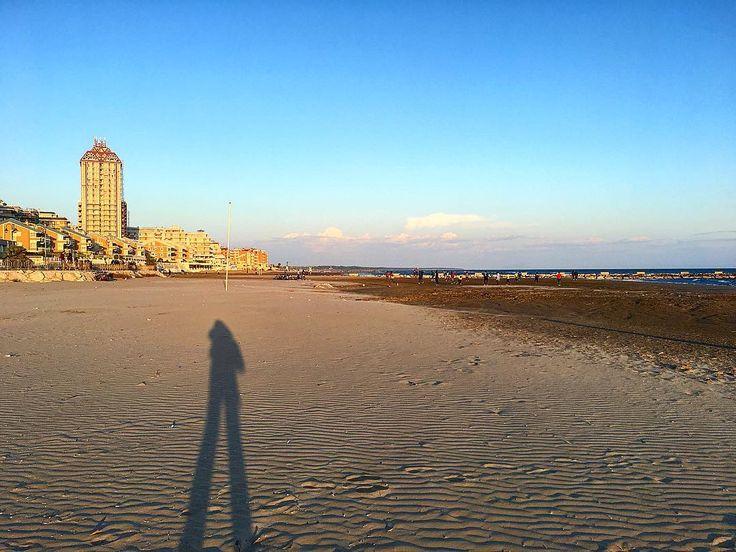 ... ho sognato di essere un pochino più alta per tutta la vita la mia ombra ce l'ha fatta !     #nettuno #latergram #mare #sea #instasea #ombra #spiaggia #beach #onthebeach #morninglikethese #skyporn #sand #sabbia #sky #skyscraper #instacool #thegoodlife #webstagram #statigram  #italia #italy #igersitalia #igersitaly #igerslazio #ig_lazio #ig_italy #igaddicts #ig_europe #ignation