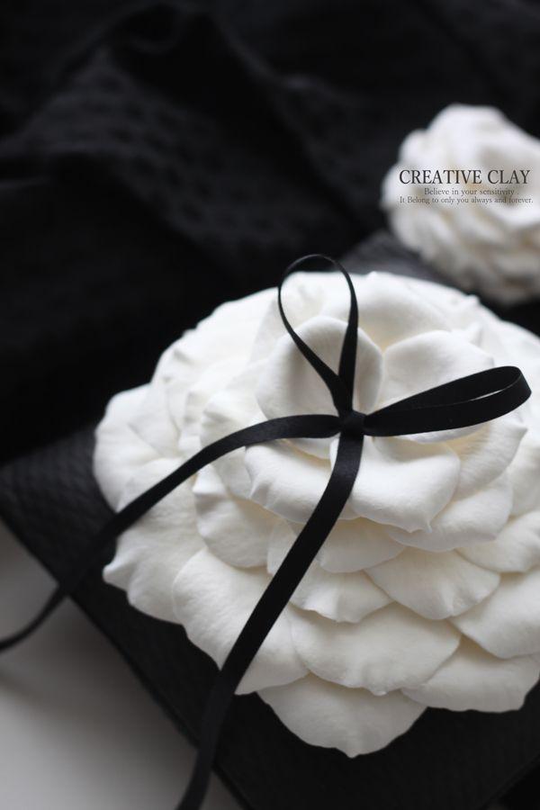 クレイケーキのリングピローです。クッション部分もバラの花びらも全てクレイで制作しています。少しお時間を頂きますがオーダーも承っております。