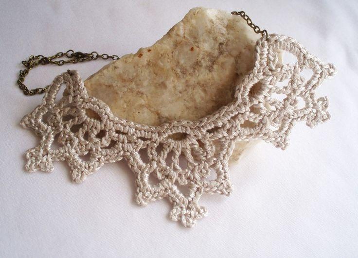 Collana all'uncinetto in filo bianco argento. Collana elegante design ideale per la sposa per il suo stile vittoriano giorno delle nozze.  La catena è oro invecchiato.