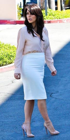 KIM KARDASHIAN    Sencilla y elegante lució Kim Kardashian al complementar una camisa en rosa pálido y una falda entubada blanca con tacones Christian Louboutin en nude. Así la vimos en las calles de Woodland Hill, California.