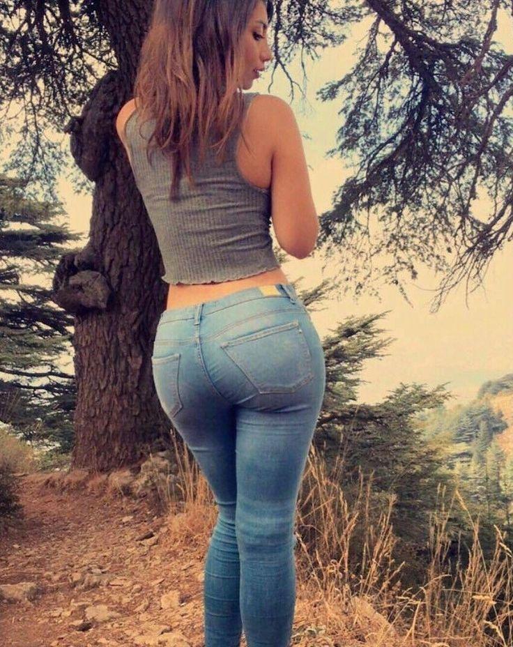 Фото попок красивых молодых брюнеток в обтягивающих джинсах