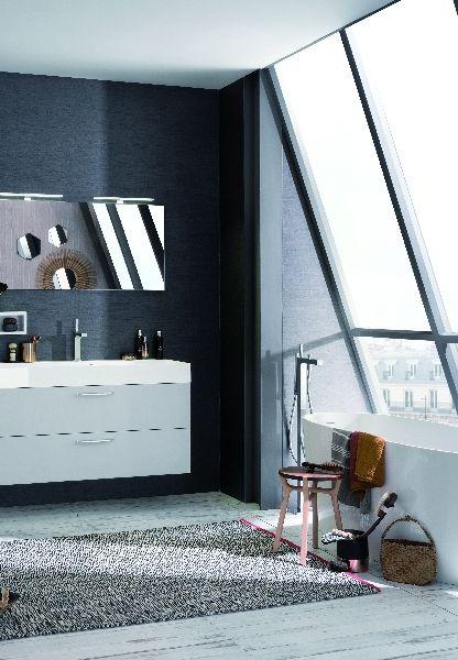 Badkamer renoveren of verplaatsen: hoe druk je de kosten? Foto: www.facq.be (badkamer • trendy • houten vloer • vrijstaand bad • behang • tapijt • lavabo)