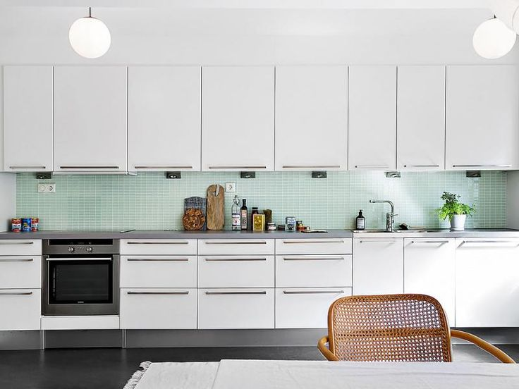 Fehér konyhabútor és a zöld csempe találkozása - konyha / étkező ötlet