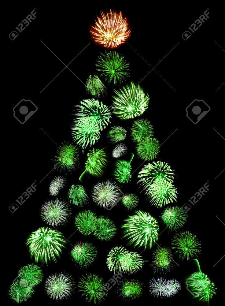 convertidos rbol de navidad de verde de fuegos irrumpe en un fondo negro fotos