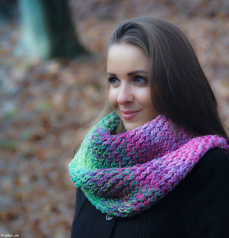 Viacfarebný pletený nákrčník na jeseň
