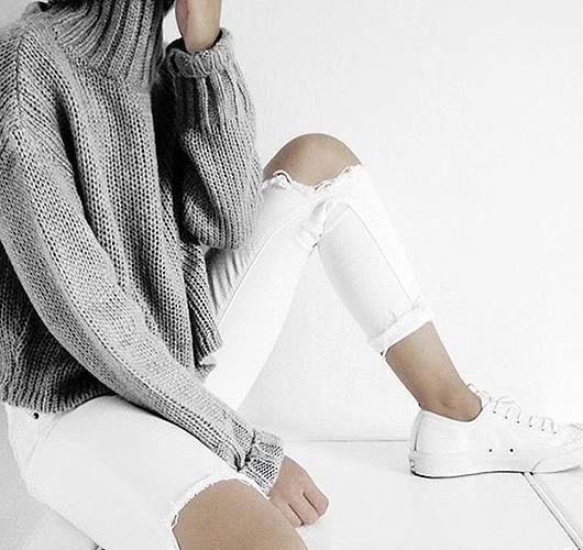 Jeans mit extrem zerrissener Kniepartie im Destroy-Look. Hier entdecken und shoppen: http://sturbock.me/mOy