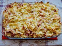 25 dkg fodros kocka 2 tojás 30 dkg sonka 10 dkg párizsi 2 dl tejföl ételízesítő 1 tömlős sonkás ízű krémsajt só, bors reszelt sajt A tésztát...