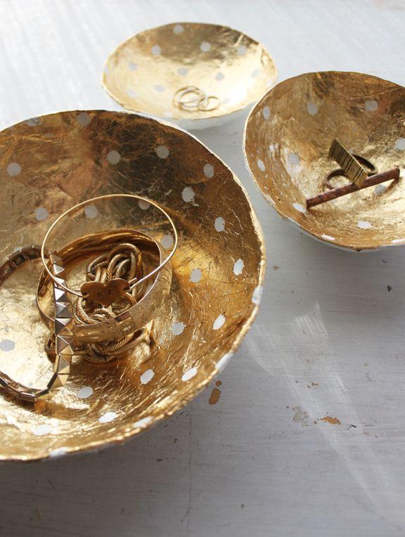 { DIY } Des vides-poches dorés à pois en papier maché   www.decocrush.fr #dotted #gold