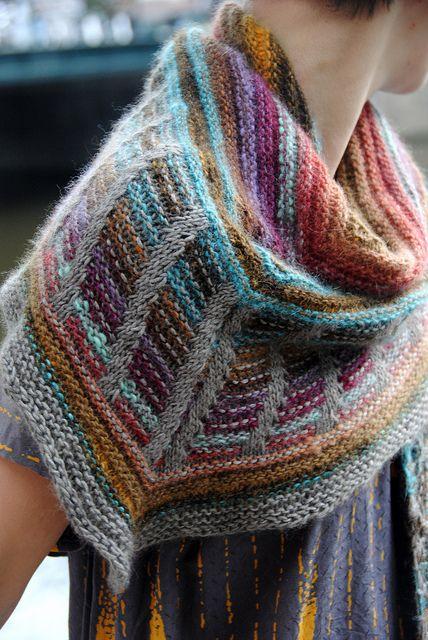 Meget smukt sjal. Leg med farvesammensætningerne. Her strikket med farveskiftegarn. Søjlerne fremkommer ved masker, der tages løst af. Det ser sværere ud, end det er.