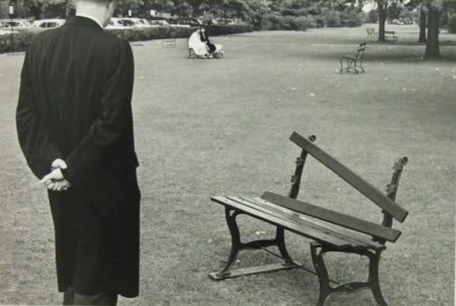 André Kertész, Panchina rotta, New York, 20 settembre, 1962. Chi e perché ha rotto questa panchina? Serviva un po' del suo legno per accendere un fuoco? L'uomo di spalle in soprabito la guarda incuriosito e distaccato. Ma sembra quasi che la panchina, a sua volta, guardi l'uomo che l'osserva. Raramente si vedono panchine trattate così male. La panchina ha una sua sacralità di bene comune che non può essere violata. Anche se ferita la panchina continua a vivere.