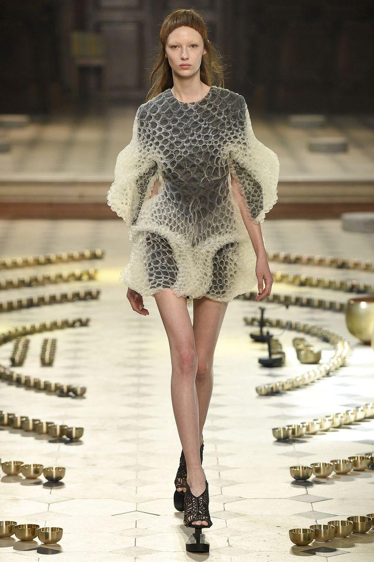 Iris van Herpen Fall 2016 Couture Fashion Show  http://www.vogue.com/fashion-shows/fall-2016-couture/iris-van-herpen/slideshow/collection#5
