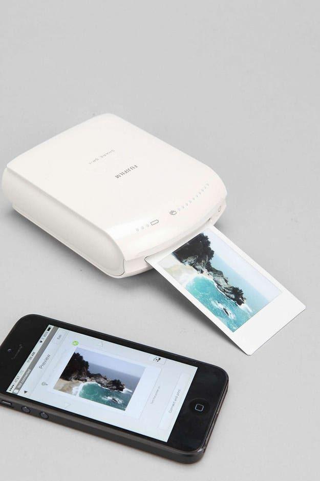 Imprime tus selfies del teléfono inteligente directamente en film INSTAX para tener adorables polaroids tamaño cartera de todo aquello de lo que saques fotos .