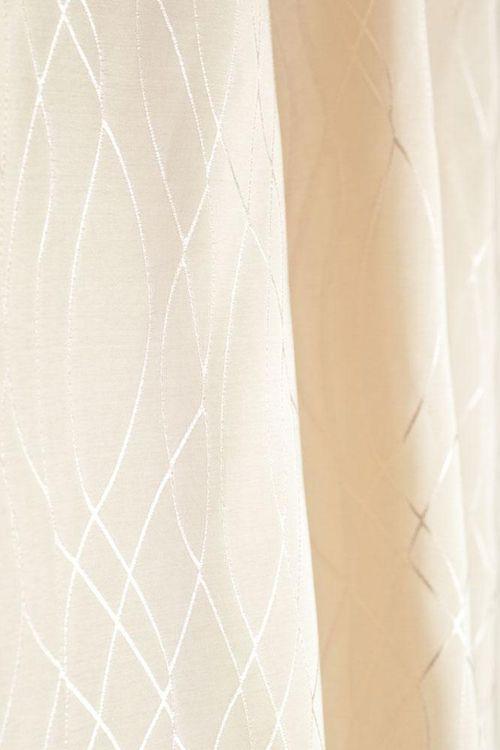 Der zeitlose Duschvorhang Milla in hellbeige mit dem dezenten Muster ist aus 100% Polyester, das sich wie Stoff anfühlt. Der Duschvorhang ist wasserabstoßend imprägniert und rundum gesäumt mit einem Beschwerungsband im unterem Saum, rostfreie Ösen.