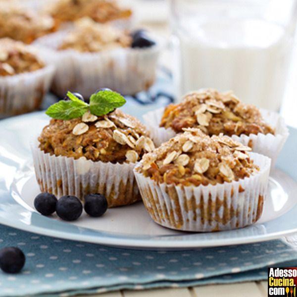 Ricetta Muffin alle banane, mirtilli, mele e fiocchi di avena. In Muffin. Ingredienti per 10-12 muffins: Per la base: . 300 g farina 00. 150 g zucchero . 100 g fiocchi d'avena. 2 cucchiaini di lievito
