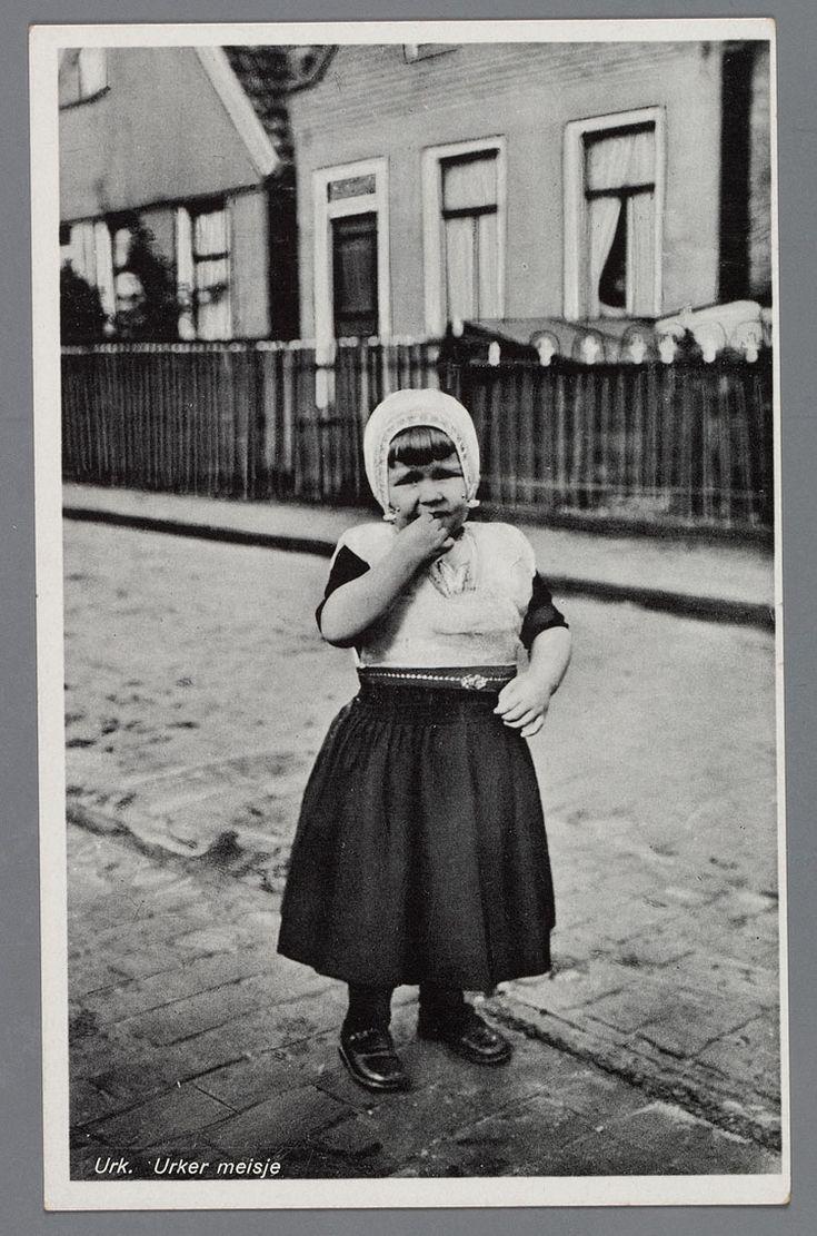 Een kind in Zondagse Urker dracht op straat. 1930-1942 #Urk