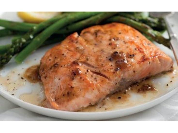 Łososia wyporcjuj na 4 filety, posyp Fixem Knorr oraz pieprzem.  Filety ułóż w woreczku do piecze...
