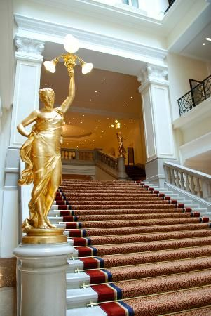Corinthia Quiz How many golden statues can be found at the staircase? a. 2 b. 4 c. 5 d. 3