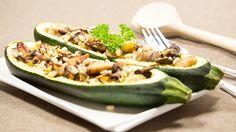 Gevulde courgette met kip en pijnboompitten, lekker makkelijk uit de oven en zonder zout!