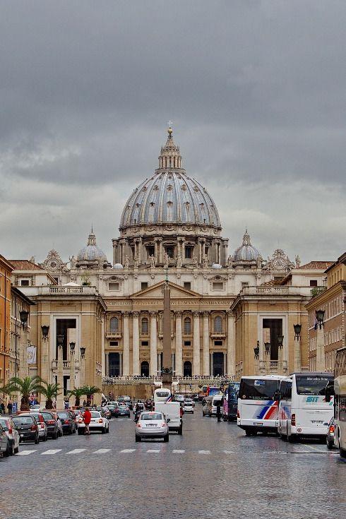 Der Staat in der Stadt: der Vatikanstaat in Rom ist mit 44ha der kleinste Staat der Welt. Und trotzdem einer der schönsten, wie dieses Foto vom Petersdom zeigt. Überzeugen Sie sich selbst: https://www.travelcircus.de/staedtereisen-rom #rom #petersdom #vatikan