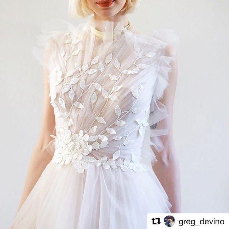 More details... #costarellos #nybfw2017 #NYBFW #nybridal #nybridalmarket #newyorkbridalweek #newyorkbridalfashionweek2017 #followthebuyers #weddingdress #details #bride #novia #backstage #editionhotel