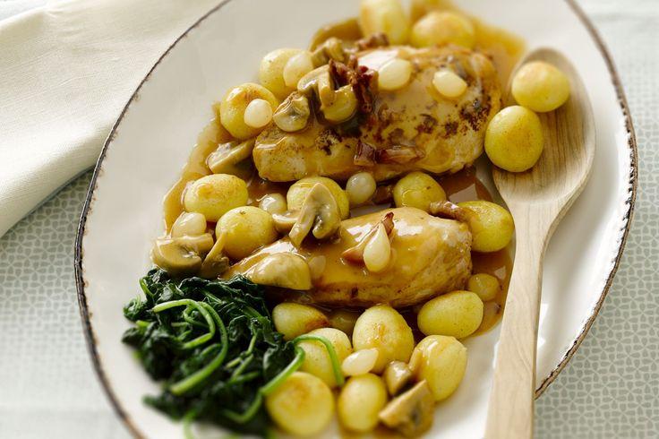 gevogelte - kipfilets, gezouten spek, ... - Kruid de kipfilets met peper en zout. Bak ze aan beide kanten goudbruin in de boter. Haal ze uit de pan en laat rusten onder aluminiumfolie.