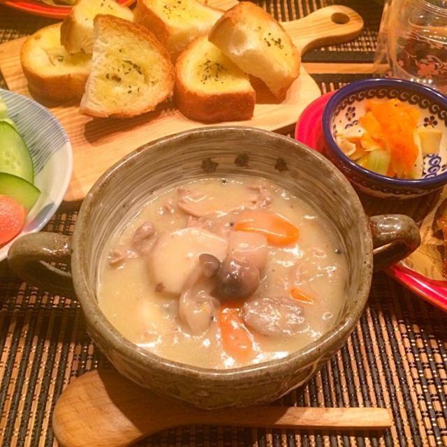 今日の夕飯~ ☆根菜豆乳シチュー ☆揚焼きポテト&ごぼうチップス ☆セロリと人参のいかくんマリネ ☆ガーリックトースト ☆サラダ  もらった里芋が残っていたので、里芋&ごぼう&人参で根菜豆乳シチュー♪ いつもカレーやシチューは鶏肉なのですが、なんとなく豚肉で(•ө•)♡ 里芋でとろみが増したー♪ - 11件のもぐもぐ - 根菜豆乳シチューヾ(*´∀`*)ノ by happyairing69
