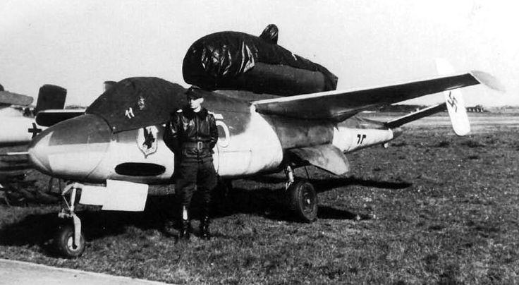 """Aircraft - 1945, Allemagne, Schleswig-Holstein, Leck, Le """"Hauptmann"""" Heinz Künnecke devant son Heinkel He 162 A-2 """"Gelb 5"""" - 1/8"""