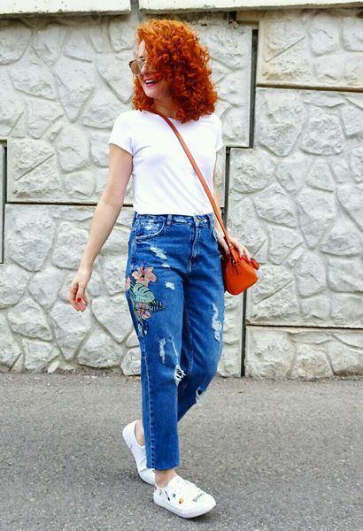 Como combinar bolsos naranjas de Mango, deportivas blancas de pull&bear, camisetas blancas de Stradivarius y vaqueros azules de la marca Zara