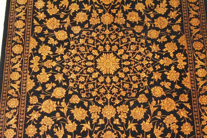 Perzische tapijten handgeknoopte van Iraanse afkomst, zijde op zijde. Dichte De deken meet 296 x 68 cm. QUM, dit tapijt is gevlochten in de heilige stad van Qom in Centraal Iran. Deze karpetten zijn prachtig uitgevoerd en in sommige gevallen zeer gedetailleerd. Dit type van tapijt is een bewijs van de fijne traditie van zijde-wevers. Verkocht met een certificaat van echtheid.  Zeer fijne, uitstekende kwaliteit!