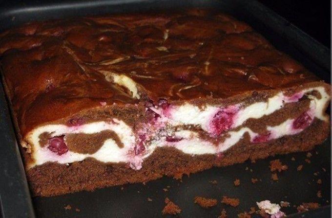 Brownies s tvarohem a třešněmi | NejRecept.cz